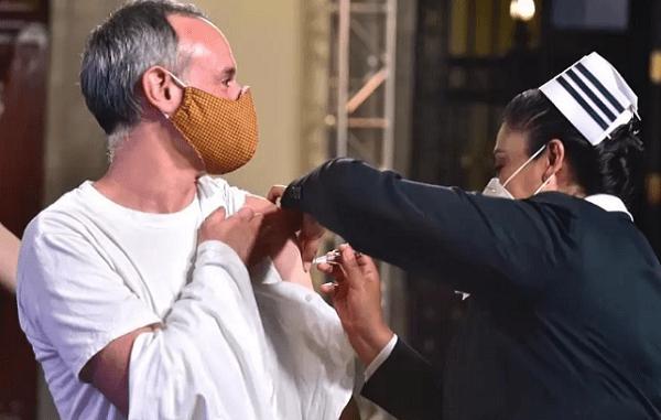 López-Gatell se vacuna contra la influenza en directo #VIDEO