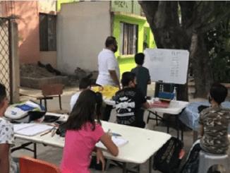 Maestro de Tamaulipas improvisa salón de clases en su patio #VIDEO