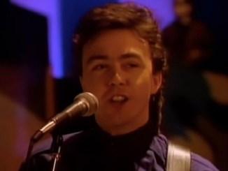 Fallece cantante y bajista del grupo The Outfield, Tony Lewis