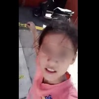 """¿En qué nos estamos convirtiendo? Niña juega ser reportera de nota roja y """"cubre"""" una ejecución #VIDEO"""