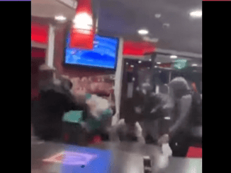 Sin motivo, adolescentes se agarran a golpes dentro de un Burger King #VIDEO