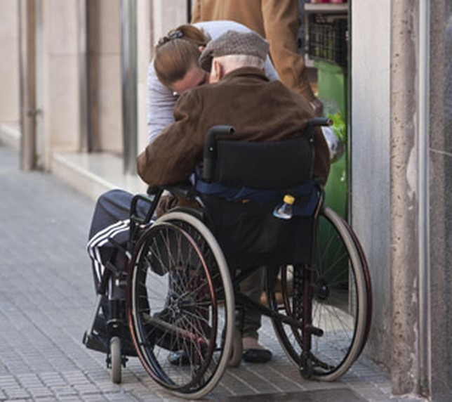 Mujer lleva un muerto en silla de ruedas para cobrar pensión