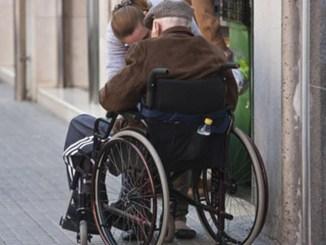 Lleva al banco a anciano muerto en silla de ruedas, para cobrar su pensión