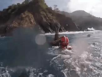 Rescatan a abuelito que cayó de un acantilado en Acapulco mientras recolectaba algas #VIDEO