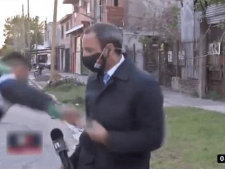 Hasta aquí mi reporte... A reportero le roban el celular mientras hacía un enlace #VIDEO