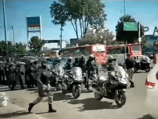 Batalla campal entre policías y comerciantes afuera de la terminal de autobuses de Toluca #VIDEO