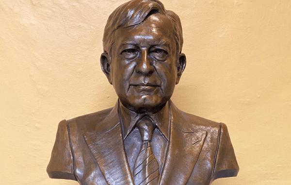 Artista plástico salda sus impuestos del SAT con busto del presidente AMLO
