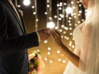 Tras provocar 80 contagios de Covid-19 durante su boda, novios se disculpan con invitados