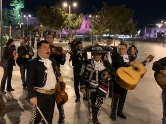 Seguidores de López Obrador, sí le llevaron mariachi por su cumpleaños #VIDEO