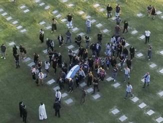 Arriban los restos de Maradona al cementerio, estará junto a sus padres
