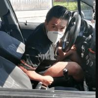 Identifican a hombre que acosó a una mujer desde un auto, ¡Y se queda sin empleo!