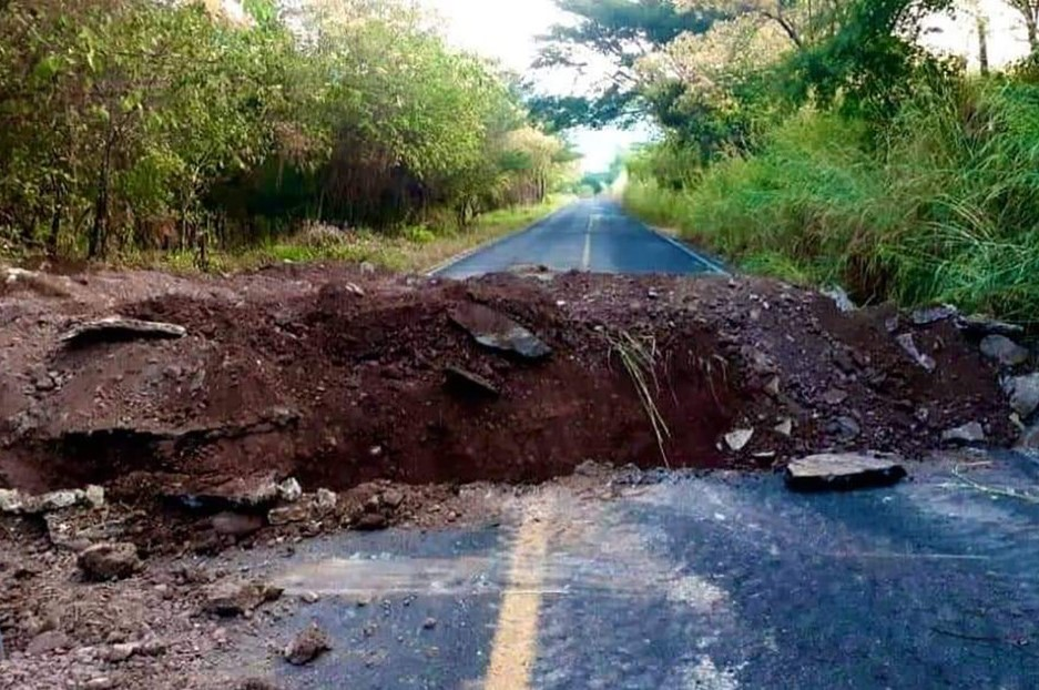 En Michoacán hacen zanjas en los caminos para detener vehículos grupos delictivos