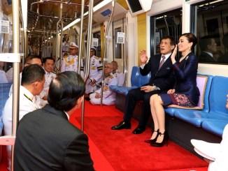 Se desata la polémica por fotos de los Reyes de Tailandia siendo reverenciados