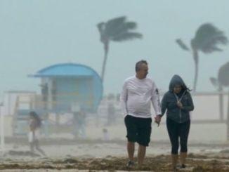 Eta alcanza a Florida, dejando un rastro de muerte en México y Centroamérica