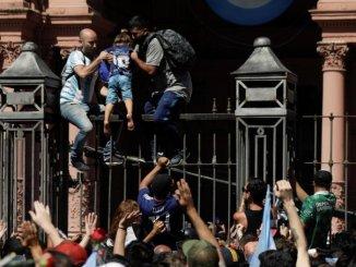 Por desmanes entre fans y policías, retiran el cuerpo de Maradona de la Casa Rosada #VIDEO