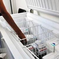 Personal de limpieza desconecta refrigerador y arruina dos mil dosis de vacunas Covid