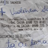 Víctima de violencia doméstica pide ayuda a cajero del banco con ticket