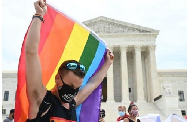 Gobierno de Biden ampara servicios de salud a comunidad a LGBT