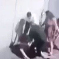 Captan en #VIDEO brutal agresión a joven en calles de Toluca