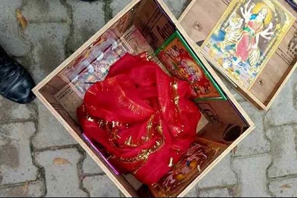 Encuentran a bebé de un mes flotando en una caja en el río Ganges