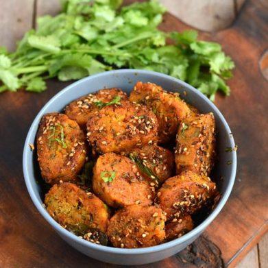 Gujarathi Lauki Muthia-Bottlegourd Muthiya Recipe-Easy Healthy Tea Time  Snack - Padhuskitchen