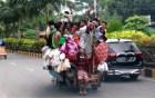 রাজশাহীতে বিধিনিষেধের মধ্যেই মানুষ যানবাহনে গাদাগাদি করে চলাচল