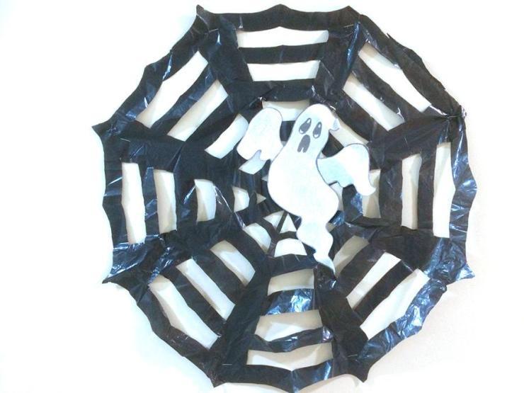 Manualidades Halloween niños: fantasma telaraña
