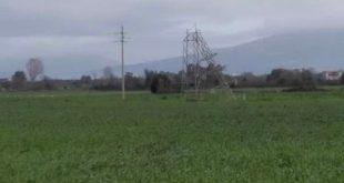 Cellole – Tralicci dell'alta tensione abbattuti dal vento, cavi elettrici sulla carreggiata: tragedia sfiorata sulla Domiziana