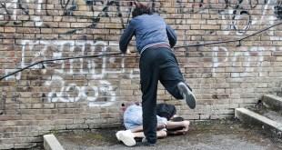 Sparanise – Cerca di difendere la fidanzatina, 14enne massacrato di botte. Chiede aiuto ma trova solo indifferenza