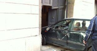 Pietramelara / Roccaromana – Esce fuori strada nel centro del paese, auto contro portone