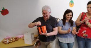 MARZANO APPIO – La maestra Bruna va in pensione, le mamme le organizzano una festa a sorpresa