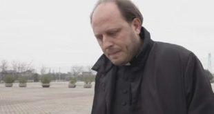 CASAPESENNA – Gruppo di preghiera in tribunale per difendere il prete accusato di abusi sessuali