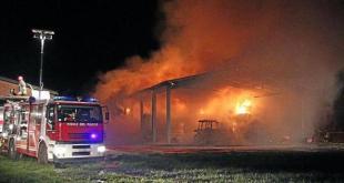 Raviscanina – Fulmine colpisce azienda agricola, fienile in fiamme