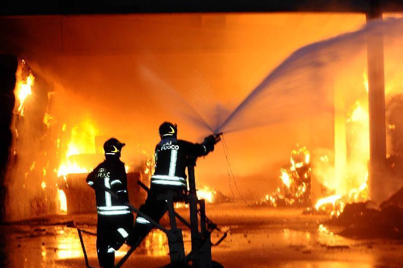 Capua – Paura in città, le fiamme divorano un supermercato: indagano i carabinieri - Paesenews
