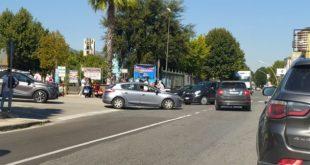 Vairano Patenora – Paura davanti al Liceo, due ragazzi in scooter travolti da un'auto