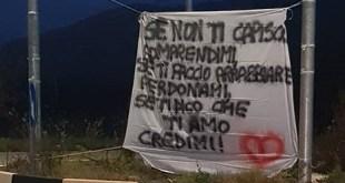 VAIRANO PATENORA – Striscione d'amore alla rotonda di Marzanello, una iniziativa d'altri tempi nell'era dei social