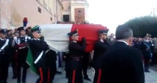 PIANA DI MONTE VERNA / CASERTA – Funerali Emanuele Reali uscita dalla chiesa – Diretta Video