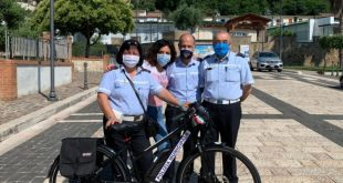 Pietravairano – Difesa dell'ambiente, cittadina regala bici elettrica al comando polizia municipale
