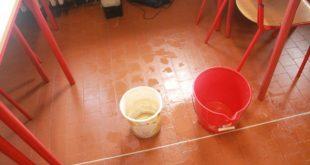 Riardo – A scuola con l'ombrello, piove nelle aule: disagi per gli studenti delle medie