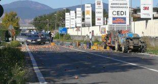 Vairano Patenora – Carico di mele si rovescia in strada, disagi lungo la statale Casilina
