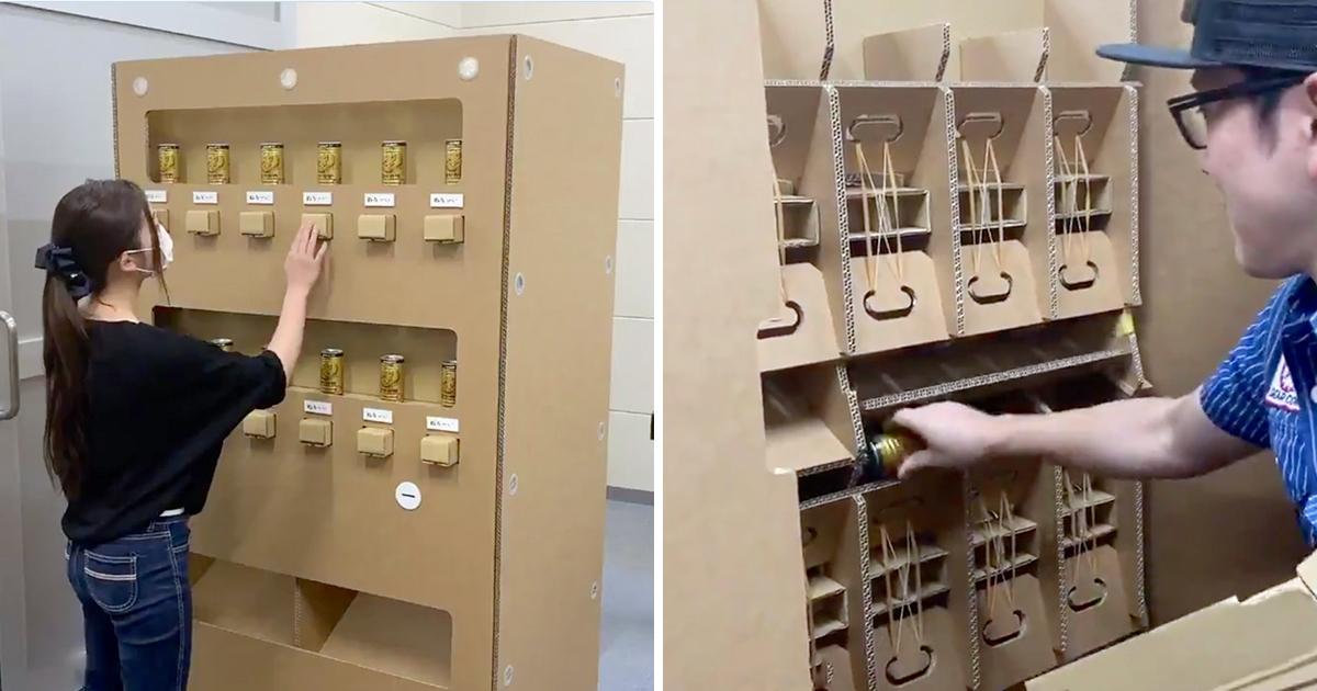 裡面躲工讀生?日本發明「免插電紙箱販賣機」 按按鍵「咕咚」掉出來好療癒 - PageCup