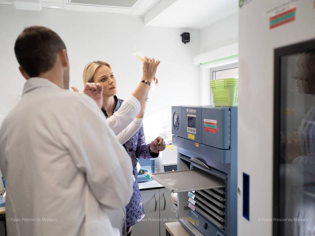 La Princesse Charlène visite le centre de transfusion du CHPG