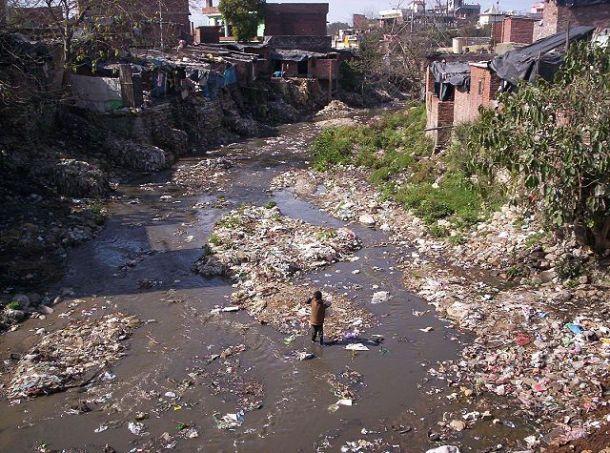 Poluição em córrego a céu aberto na Índia (foto: meg and rahul/Flickr/Creative Commons)