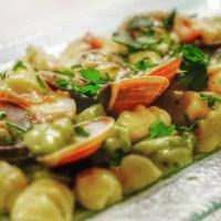 ñoquis blancos y verdes hechos a mano con salsa de pulpo y almejas