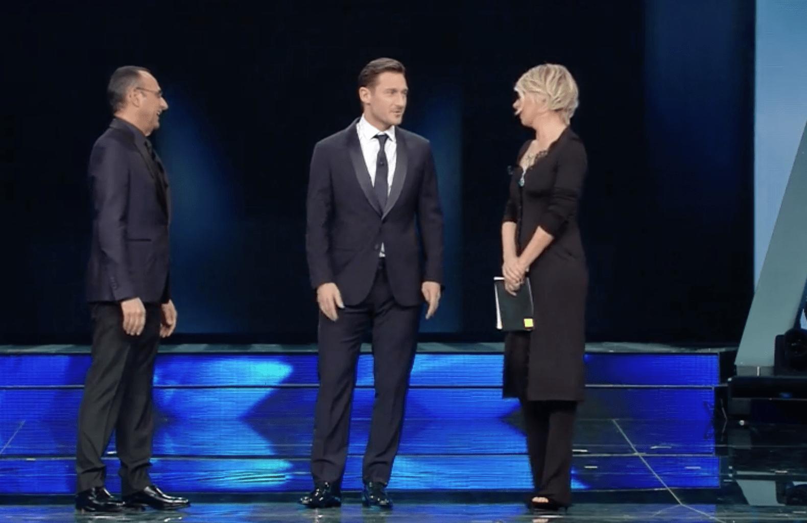 Sanremo, Totti presentatore sbaglia il nome dell'autore e scherza su Ilary