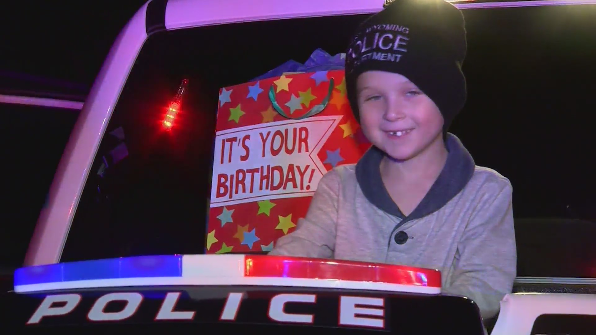 Cops_surprise_birthday_boy_with_his_own__0_20181130042042