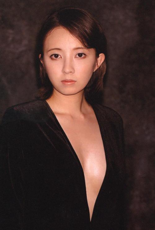 黒いスラっとした服をきてじっと見つめる高橋由美子