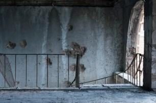 Muri crivellati in palazzi bombardati