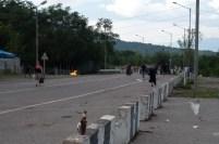 Roghi di spazzatura al posto di blocco georgiano