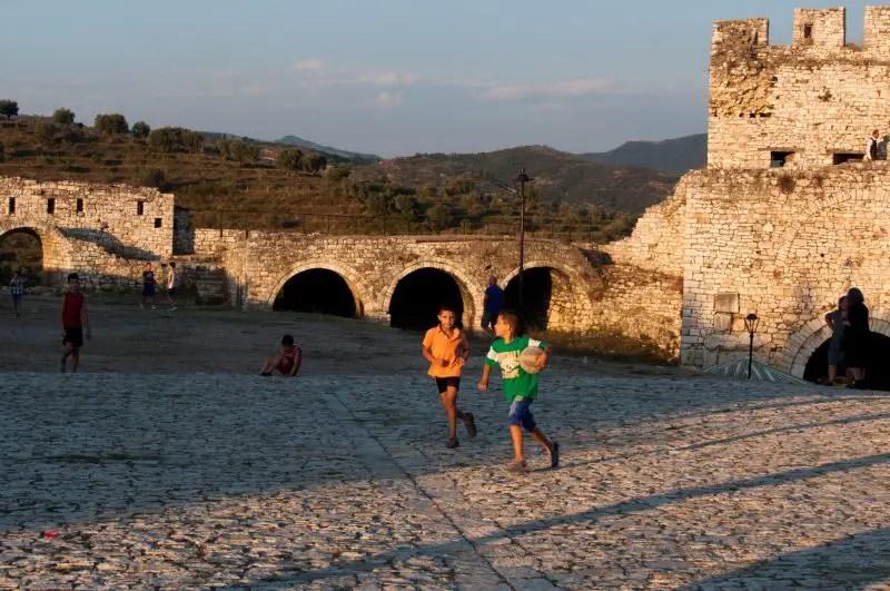Bambini nel castello di Berat